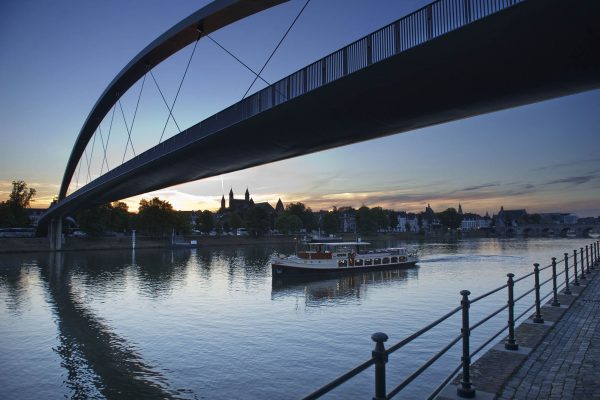 2012.112261 ; 08-09-2012; NIVEAU Bizz MAGAZINE Euregio; Panorama; Maastricht;Rederij Stiphout; Maas; Rondvaartboot Stiphout ; Rondvaart op de Maas ; Voetgangersbrug Toerisme ; Hoeg Brok