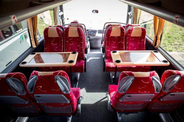 bus met tafeltjes van binnen